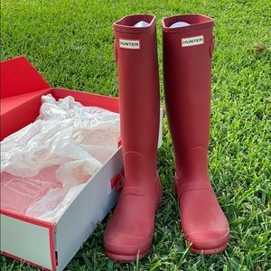 Hunter boots in dark red size 8